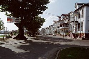 پاورپوینت کامل و جامع با عنوان بررسی شهر پاراماریبو در 18 اسلاید
